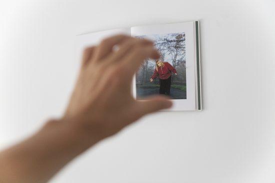main femme livre photo